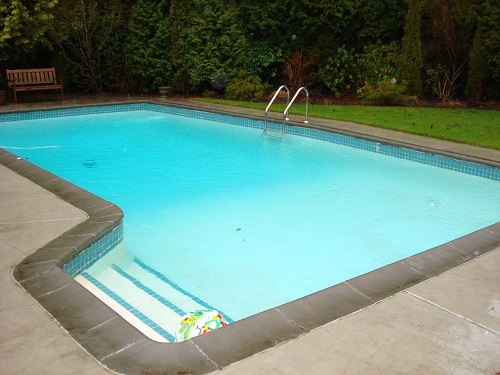 clean a green swimming pool